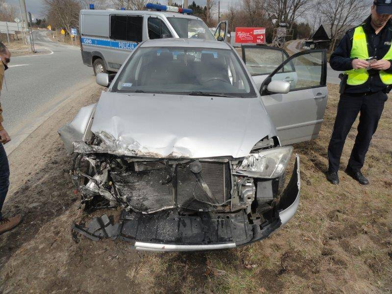 Kraksa na skrzyżowaniu drogi krajowej z wojewódzką. Auto zderzyło się z tirem