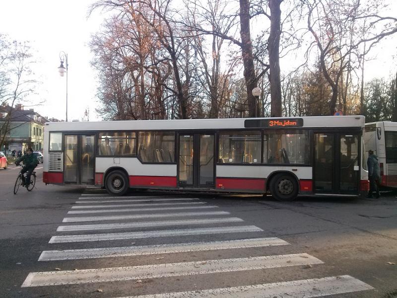 Kołami zablokował całe pasy, tyłkiem stoi na skrzyżowaniu. Tak parkuje autobus MPK