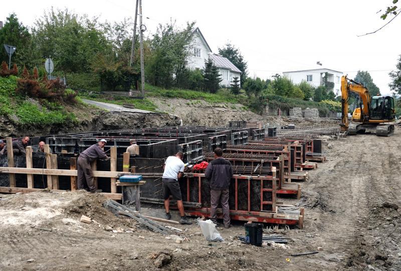 Żelbetowymi platformami, betonowymi palami  ratują im domy
