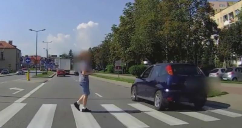 Chłopiec chciał przejść na drugą stronę drogi, wtedy nadjechało rozpędzone auto