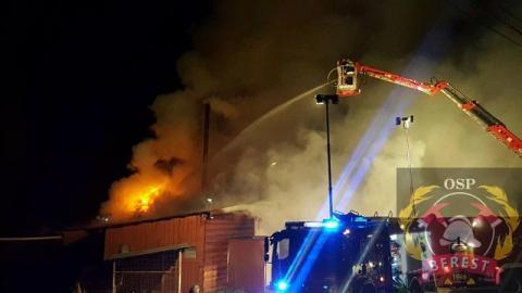 Roztoka Wielka: 33 strażaków walczyło z pożarem byłej stolarni. Akcja nadal trwa, bo w budniku były chemikalia