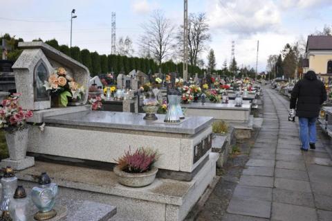 Nowy Sącz: Żałobnicy już nie będą mokli pod kapliczkami na cmentarzach
