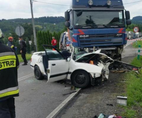 Wypadek w Czchowie.Samochód osobowy czołowo zderzył się z ciężarówką