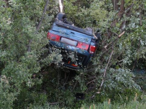 Poważny wypadek na DK-75. Samochód dachował i zatrzymał się  w krzakach