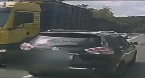 Z tym kierowcą lepiej nie mijać się na drodze. Nagranie mrozi krew w żyłach