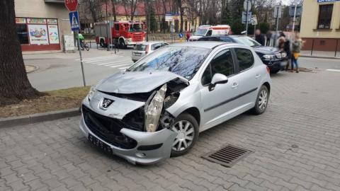 BMW kontra Peugeot. Samochody zderzyły się na ul. Mickiewicza