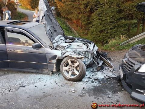 W Łęce zderzyły się samochody. BMW stanęło w ogniu