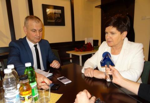 Z wicepremier Beatą Szydło rozmawia Tomasz Kowalski. Fot. IM