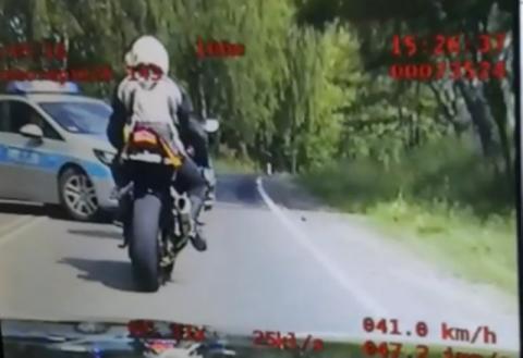 Pędził na motorze ponad 130 km/h. W ciągu 4 minut dostał 80 punktów karnych