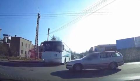 Omal nie spowodował wypadku. Wjechał na czerwonym świetle wprost pod autobus