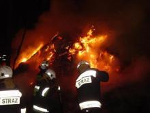 Strażacy 4 godziny gasili pożar. Niestety z drewnianego domu zostały zgliszcza