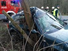 Samochód zatrzymał się na drzewie. Auto nadaje się na złom [ZDJĘCIA]