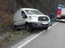 Samochód osobowy zderzył się z dostawczakiem. Ranny kierowca trafił do szpitala