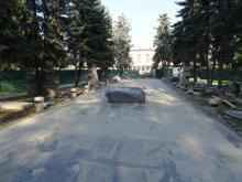 Stary cmentarz. Kończą się prace przy remoncie głównej alei