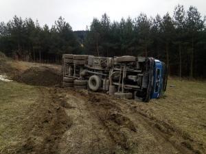Wyglądało bardzo groźnie. Ciężarówka przewróciła się na bok [ZDJĘCIA]