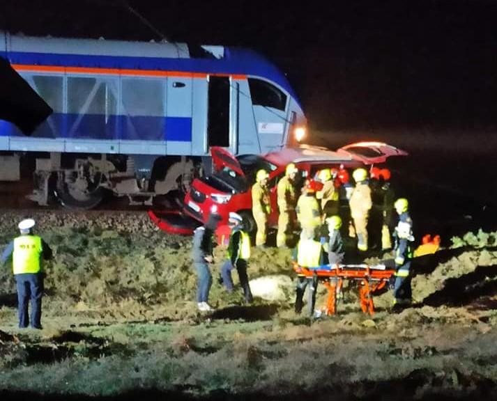 Samochód wjechał wprost pod pociąg. W środku była kobieta z małymi dziećmi