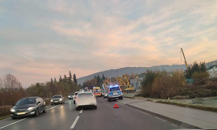 Poranny wypadek na drodze krajowej w Wielopolu. Zderzyły się dwa samochody