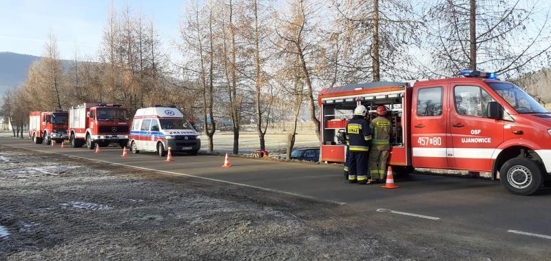 Wypadek w Ujanowicach. Samochód wypadł z drogi i uderzył w drzewo
