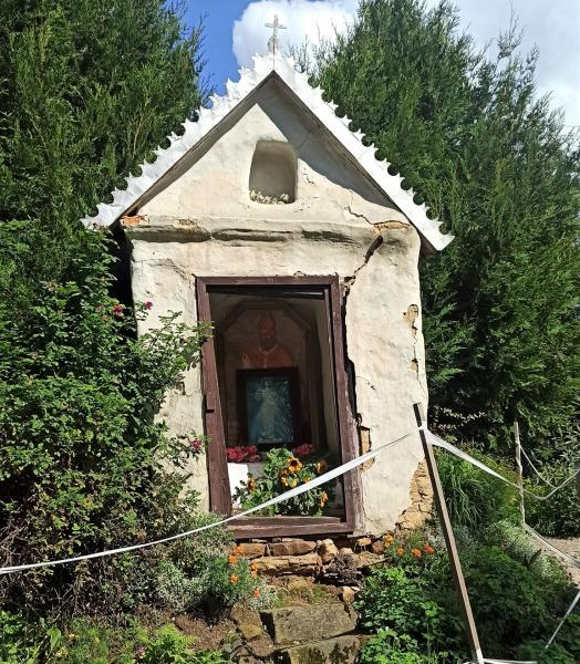 Kapliczka w Podolu się rozpada. Może jednak uda się ją uratować?