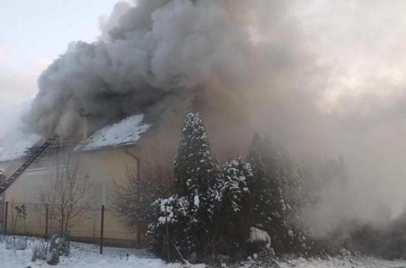 Spłonął dom i budynek gospodarczy. Zaczęło się od pożaru samochodu