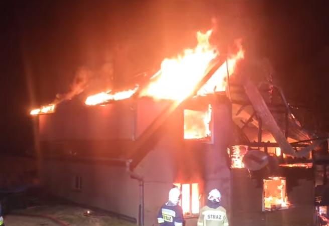 Nocny pożar domu w Szczawie. Strażacy przez kilka godzin walczyli z ogniem