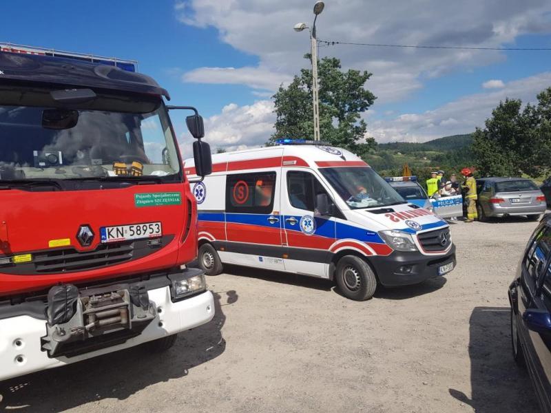 Niebezpieczny wypadek w Łużnej. Ciężarówka w rowie, kierowca w szpitalu