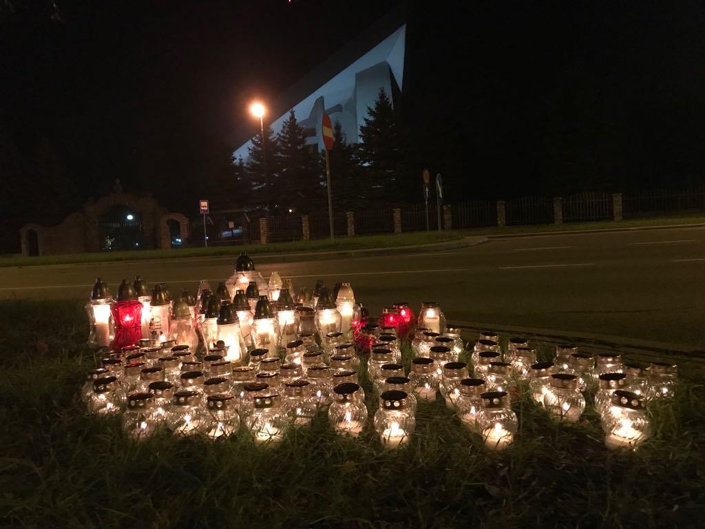 Płoną znicze na miejscu wypadku na ul. Królowej Jadwigi