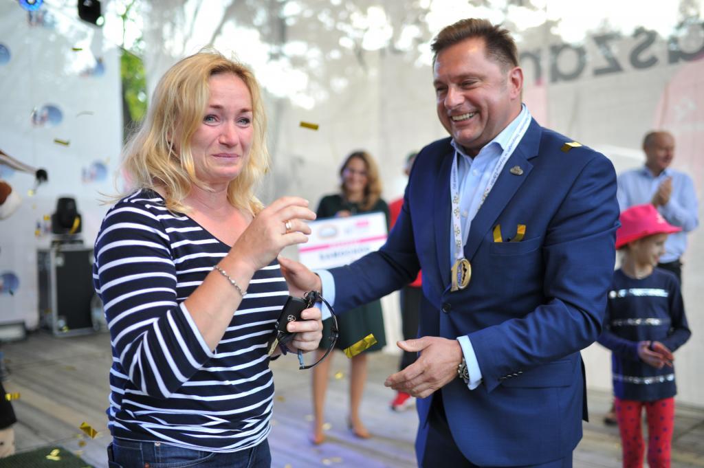 Mariusz Jurek, dyrektor generalny firmy Koral, wręcza kluczyki do Toyoty pani Urszuli.
