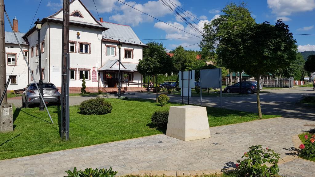 Przed urzędem gminy w Łabowej stoi już postument pod pomnik ks. Władysława Gurgacza