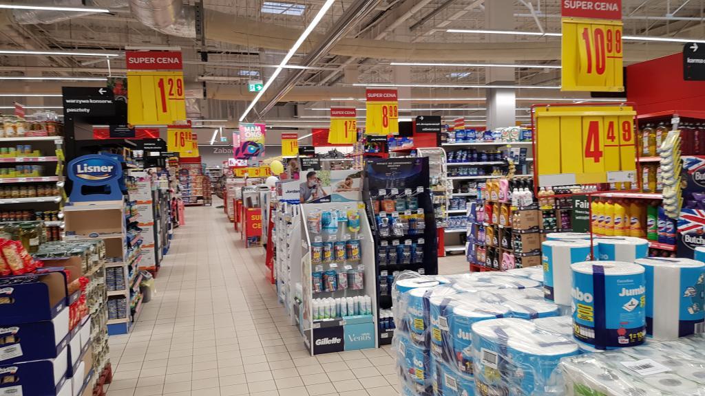 Między suto zaopatrzonymi półkami Carrefour w sobotę kręciło się zaledwie kilku klientów
