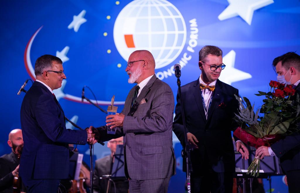 .Nagroda Gospodarcza SGH, wyręczona przez rektora SGH Warsaw School of Economics, prof. Piotra Wachowiaka trafiła zaś w ręce Zbigniewa Jagiełły, prezesa PKO Bank Polski.
