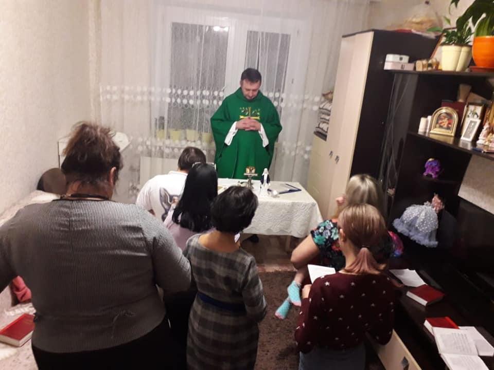 Ks. Marek Jaśkowski podczas modlitwy w mieszkaniu