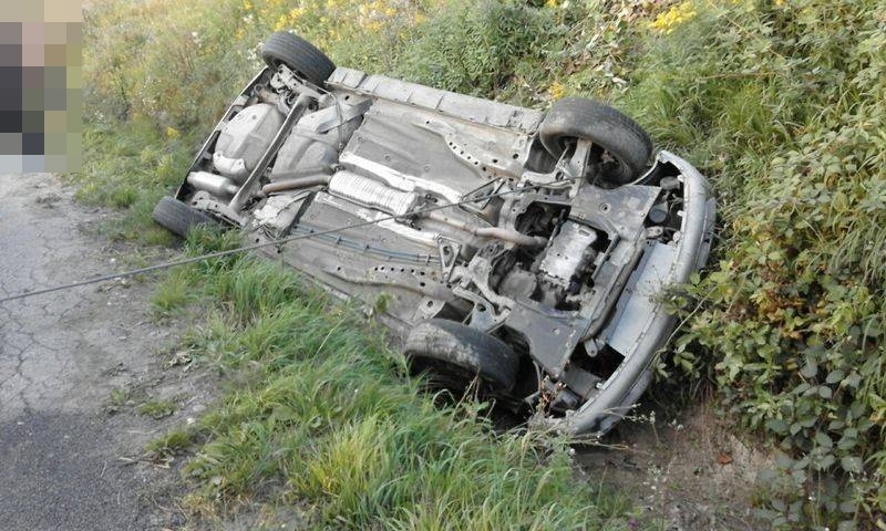 Opel corsa dachował w rowie