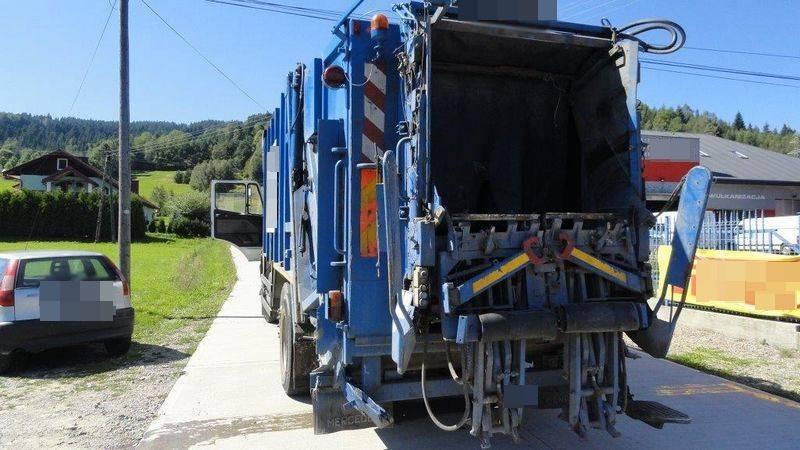 Zderzenie osobówki ze śmieciarką w Nowej Wsi