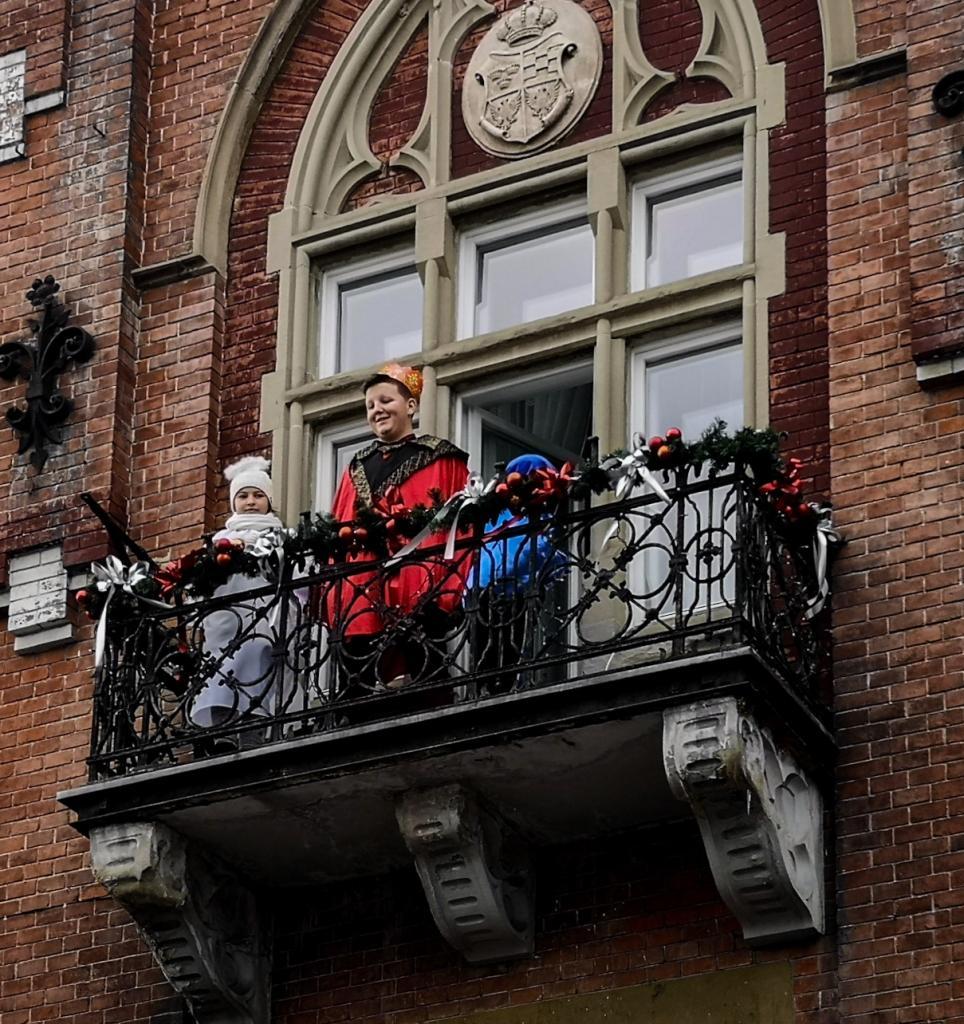 Król Herod na balkonie Urzędu Miasta w Grybowie