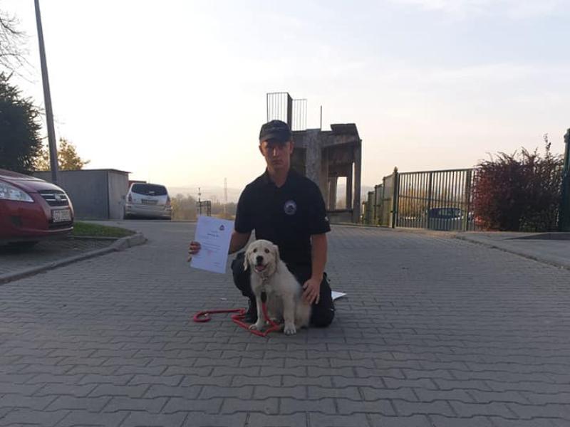 dh Bartosz Biel z psim ratownikiem