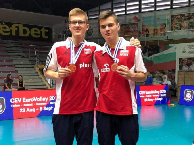 Jakub Olszewski (z prawej) świętuje medal ME z kolegami z kadry
