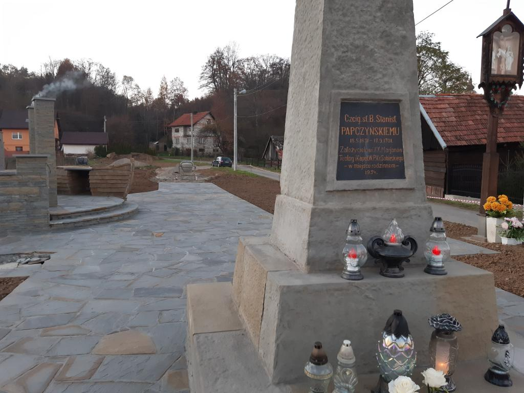 Obelisk w miejscu gdzie stał dom św. Papczyńskiego, Podegrodzie. Fot. Sądeczanin