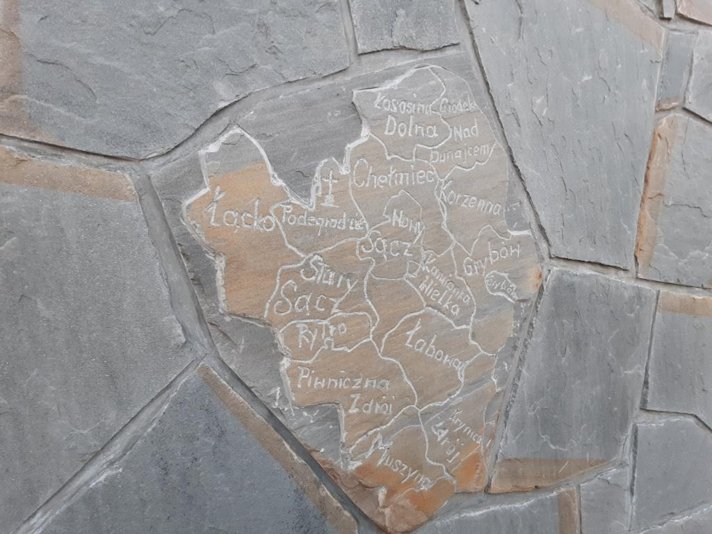 Mapa regionu na kamiennej tablicy, Podegrodzie. Fot. Sądeczanin