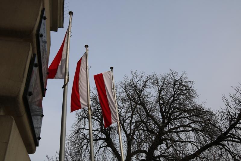Flagi Polski przed Ratuszem w Nowym Sączu, fot. Iga Michalec