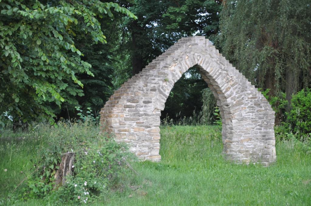 Brama na stary cmentarz w Nawojowej. Fot. SS