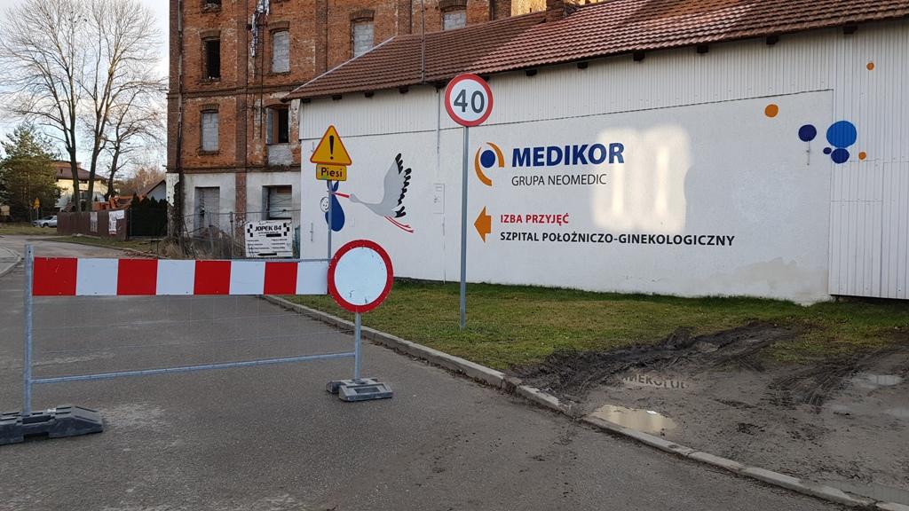 Nowy Sącz: musieli zamknąć całą ulicę, bo jeden budynek się sypie