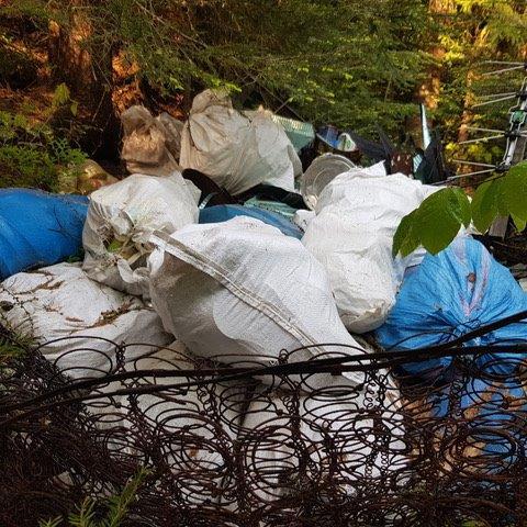 """32 dwie kamery, to arsenał, który Piwniczna-Zdrój właśnie wytacza w walce ze """"śmieciarzami"""", czyli tymi mieszkańcami, którzy systematycznie tworzą na terenie gminy """"dzikie wysypiska"""" śmieci przynosząc wstyd całemu samorządowi."""