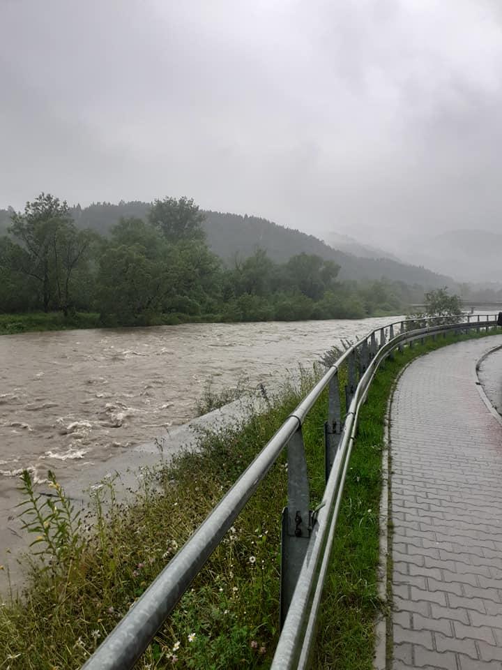Cała Piwniczna z lękiem patrzy bezustannie na wzbierający Poprad. Rzeka jeszcze nie wyszła z brzegów, ale jak twierdzą miejscowi: wystarczy by przy tym poziomie Słowacy puścili wodę na tamie na Popradzie po swojej stronie, to będzie po nas, jesteśmy pogrzebani!