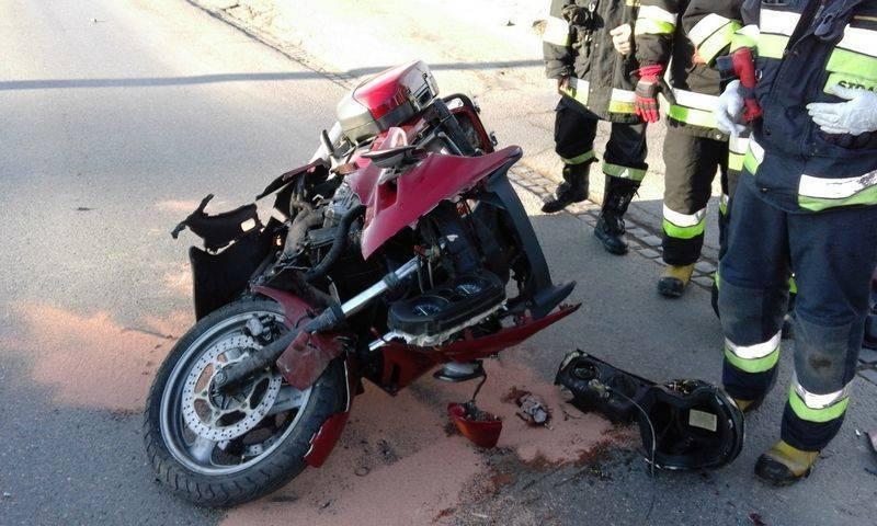 Na ulicy Krynickiej w Nawojowej obowiązuje ruch wahadłowy. Motor zderzył się z autem osobowym, motocyklista trafił do szpitala a policja ustala przyczynę zdarzenia.