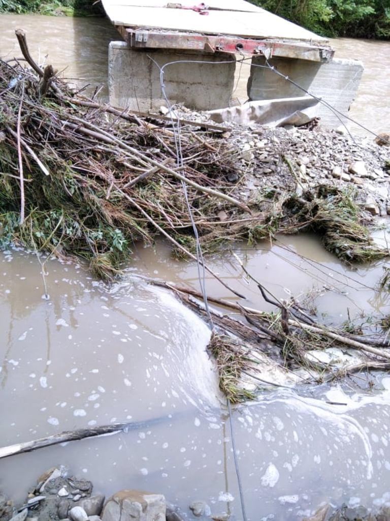 Ludzie byli odcięci od świata! Woda niemal zniosła most w Naszacowicach!