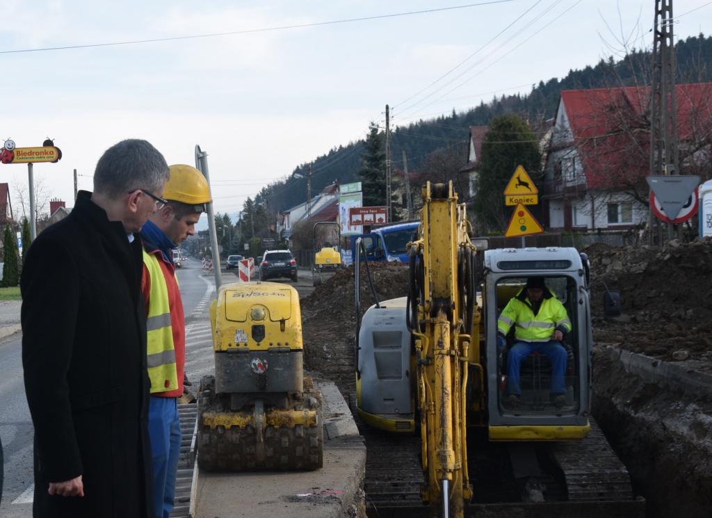 """""""Wahadło"""" w Mostkach: pół drogi nie ma a nic nie widać? Idzie kanalizacja"""