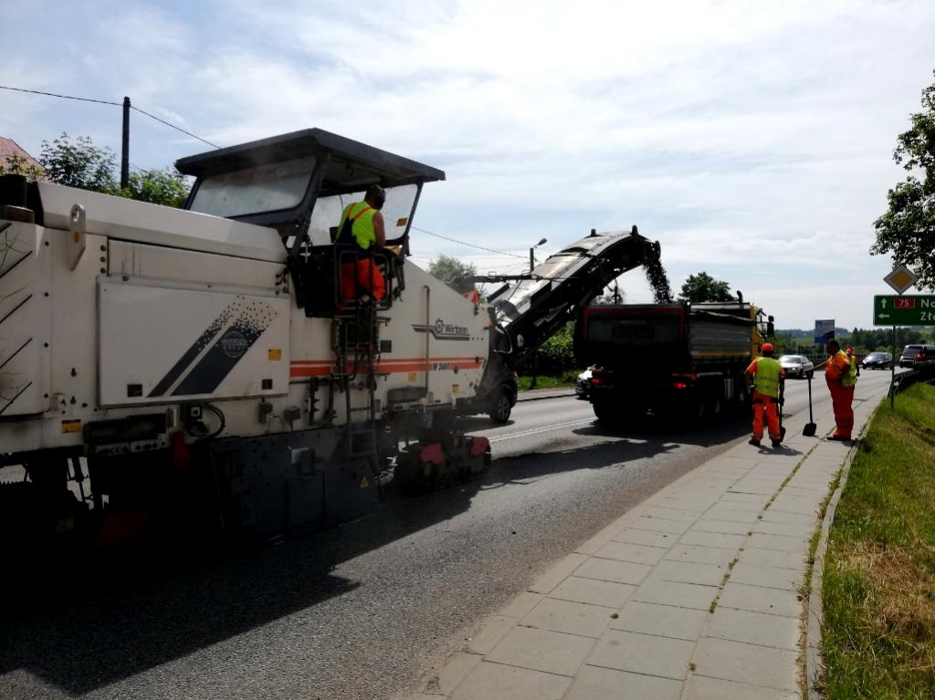 Przybliżając projekt budżetu gminy Podegrodzie na 2021 rok skupimy się dzisiaj na tym, co zawsze jest najważniejsze dla mieszkańców, czyli na inwestycjach infrastrukturalnych związanych m.in. z drogami.