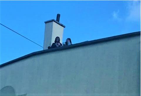 Co im strzeliło do głowy? Dwie 15-latki wyszły na dach wysokiego budynku