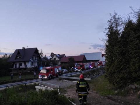 Strażacy gasili pożar domu w Dobrej. Niewykluczone, że ktoś go podpalił